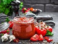 Рецепта Пикантна лютеница от червени чушки, патладжани и ябълки